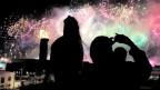 Leute vor einem Feuerwerk