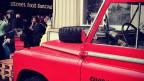 """Der Land Rover von Guerilla Kitchen vor einem Schriftzug """"street food festival""""."""