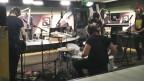 Eigenes Label, eigener Sound: Coilguns erschufen mit Hummus Records eine beeindruckende Unterwelt. Live im SRF 3 Studio knallten sie die Wände raus.