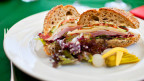 Ein selbstgemachtes Sandwich auf einem Teller