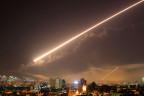 Der Nachthimmel über Damaskus wird von einer Rakete erhellt.