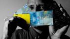 Bildcollage mit PostFinance-Kärtchen, 100er-Note, Visa-Karte und Smartphone.