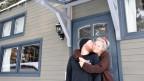 Mann und Frau vor Tiny House