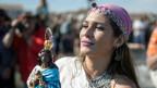 Eine Roma-Pilgerin mit der Roma-Schutzheiligen Kali Sara