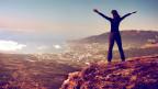 Frau erklimmt Berg