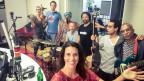 Die Studio-Atmosphäre könnte nicht lebendiger sein. Emashie bringen exotische Instrumente aus aller Welt zum Live-Gig ins Studio bei Rahel Giger.