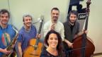 Die Fischmasken der Extrafish-Band sind gefallen – ihr neues Album enthält dafür noch mehr Farbe. Das beweisen sie auch in einer Live-Session bei Rahel Giger.