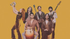 Hipster, Retro-Lovers, Tanz-Fans und Secondos aus der Türkei fahren gleichermassen auf diese neue Welle ab, auf der Altin Gün nun mit neuem Album «Gece» erfolgreich weiter surfen.