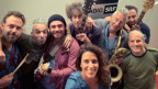 Die Jungs von Teeth'n'Tongue Jam aus Bern, mit Wurzeln in Georgien, Griechenland, Kroatien und Spanien teilen ihre positiven Vibes auf «Share a Vibe» in einer Live-Session bei Rahel Giger.
