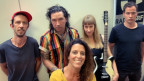 Inez zu Gast bei Rahel Giger (vorne) im World Music Special für eine Live-Session mit ihrem neuen Album «Now». (V.l.n.r.:  Fabian Gisler, Gabriel Sullivan, Ines Brodbeck Eric Gut)
