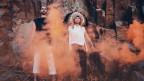 Mambe & Danochilango vereinen auf ihrem Debut-Album «Kosmopolít?s» beinahe die ganze Welt. Diese freche Tanzscheibe fährt in Bein und Herz.