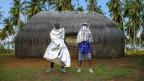 Der kenianische Rapper Ziller Bas posiert mit dem Schweizer Produzenten FlexFab in Kenia.