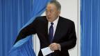 Der kasachische Präsident Nursultan Nasarbajew bei der Wahl. 97 Prozent der Stimmbevölkerung haben ihn gewählt.