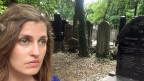 Osteuropa-Korrespondentin Sarah Nowotny im jüdischen Friedhof von Warschau.