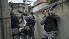 Polizeieinsatz auf der Suche nach Kriminellen in Vila do Joao, Rio de Janeiro, Brasilien. Archivaufnahme von 2016.