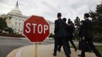 Besucher spazieren an einem Stop-Schild beim Senat des US-Kapitol in Washington vorbei. Grosse Teile der Verwaltung sind lahmgelegt.