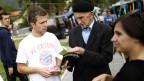 Freiwillige verteilen Flugblätter mit Informationen über neue Bosniens Volkszählung in Jablanica, in der Nähe von Sarajevo, am 27. September 2013.