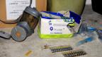 Verschiedene medizinische Produkte und eine Gasmaske wurden bei einer Razzia in Damaskus gefunden. Sie lassen auf einen Giftgasanschlag schliessen.