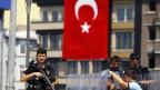 Türkische Polizei Wache am Eingang des Gezi Park am Taksim-Platz in Istanbul. Archiv.