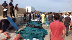 Eine weitere Tragödie vor Lampedusa. Eine Reihe von Leichen sind im Hafen von Lampedusa mit Laken abgedeckt.