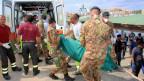 Italienische Rettungskräfte haben angeblich die Leichen von mindestens 93 Menschen, darunter vier Kinder, gefunden. Rund 250 Menschen werden noch vermisst, mindestens 150 konnten lebend gerettet werden.