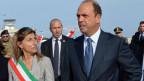 Der italienische Innenminister, Angelino Alfano (rechts), und die Bürgermeisterin von Lampedusa, Giusy Nicolini, am Flughafen Lampedusa am  3. Oktober 2013.
