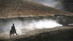 Afghane reitet einer deutschen Patrouille hinterher