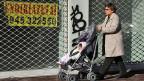 Unterwegs in Athen mit einem Kleinkind; die Geburtenrate in Griechenland hat massiv abgenommen.