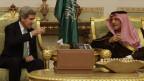 US-Aussenminister John Kerry trinkt Kaffee mit dem saudischen Prinzen Saud al-Faisal.