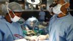 Der Herzchirurg Devi Shetty operiert mit seinem Team.