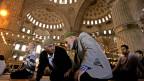 Türkische Männer vor dem Freitagsgebet in der «Blauen Moschee» in Istanbul, Türkei. Symbolbild.