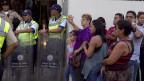 Polizei vor einem Supermarkt in Caracas