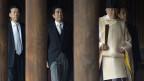 Der japanische Premier Abe betet im umstrittenen Yasukuni-Schrein.