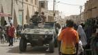 Französische Soldaten fahren durch die Strassen Timbuktus - und finden grosse Aufmerksamkeit.