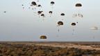 Französische Fallschirmtruppen landen in der Nähe des Flugplatzes von Timbuktu.