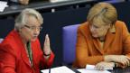 Annette Schavan mit Angela Merkel. Die deutsche Bundeskanzlerin riskiert viel für ihre Freundin Schavan.