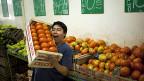Angestellter in einem Lebensmittel-Supermarkt in Buenos Aires am 4. Februar.