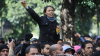 Eine junge Frau hebt ihre Faust bei einer Demonstration in Tunis.