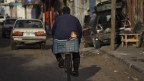 Vater mit seine Kind in Gaza City. Das alltägliche Leben ist schwierig.