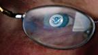 Das Logo des US-Departements «Homeland-Security» spiegelt sich in der Brille eines Analysten; im Zentrum für Cyber-Sicherheit in Idaho.