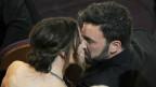"""Jennifer Garner küsst ihren Mann Ben Affleck gleich nachdem dessen Drama """"Argo"""" als Oscar-Preisträger als bester Film ausgezeichnet wurde"""