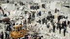Suche nach Toten und verletzten nach einem Bombenangriff in Tariq al-Bab, Eleppo.