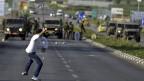 Palästinensische Steine gegen die israelischen Besatzer - nach dem Tod eines Palästinensers in einem israelischen Gefängnis.