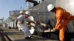Hafenarbeiter und Matrosen auf einem griechischen Tanker.