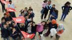 Schulkinder freuen sich über die mit Schweizer Hilfe renovierte Primarschule in Ben Gardane im Südosten Tunesiens.