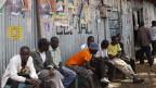 Wähler von Raila warten in den Slums von Kibera auf Wahlresultate.