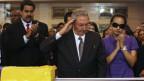Kubas Präsident Raùl Castro salutiert am Sarg von Hugo Chavez.