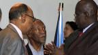 Der Sudanesische Verteidigungsminister Hussein, links, mit seinem südsudanesischen Kollegen Nyuon; in der Mitte Südafrikas Präsident Mbeki, am 8. März in Äthiopiens Hauptstadt Addis Abeba.
