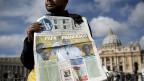 Zeitungsverkäufer auf dem Petersplatz in Rom.