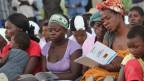 Frauen studieren die neue Verfassung